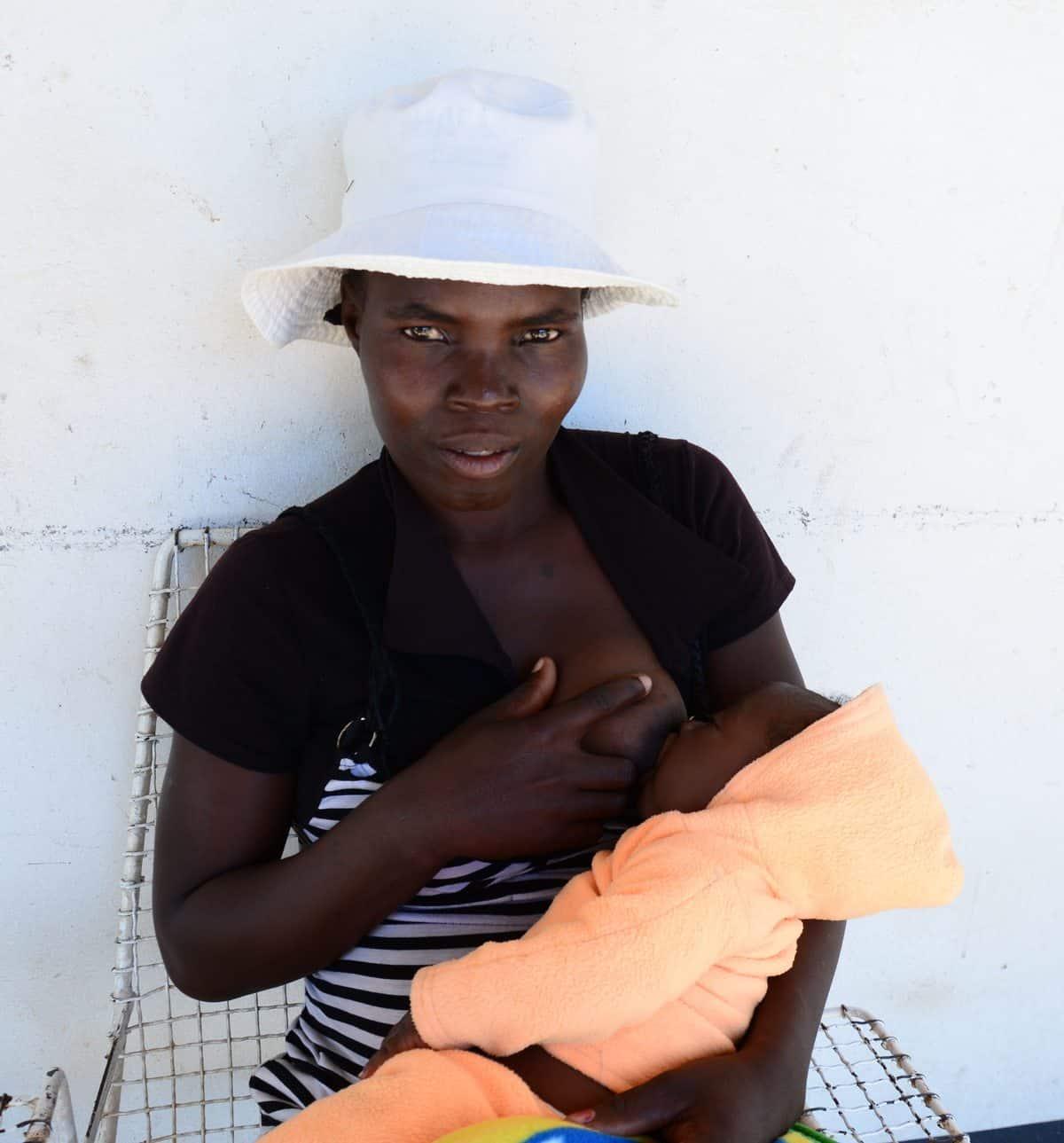 En kvinne har kommet langveisfra for å føde på klinikken i Hwange som drives av Mother Africa Trust