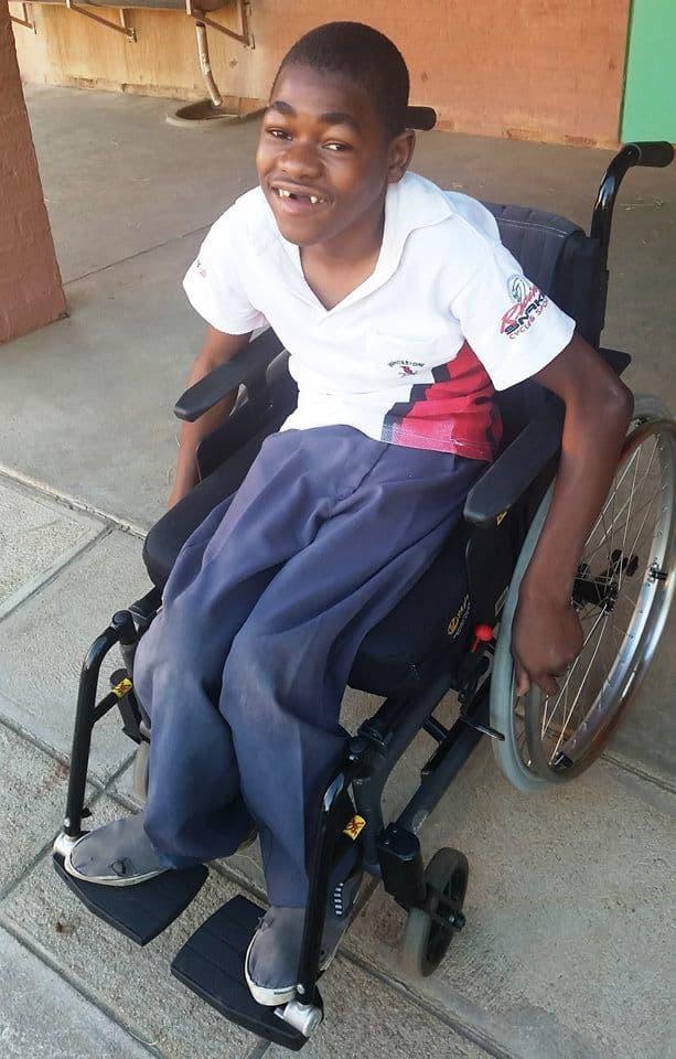 Lassale er så stolt av rullestolen sin!